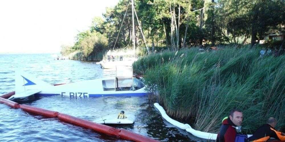 D140 Jodel flotte sur l'eau